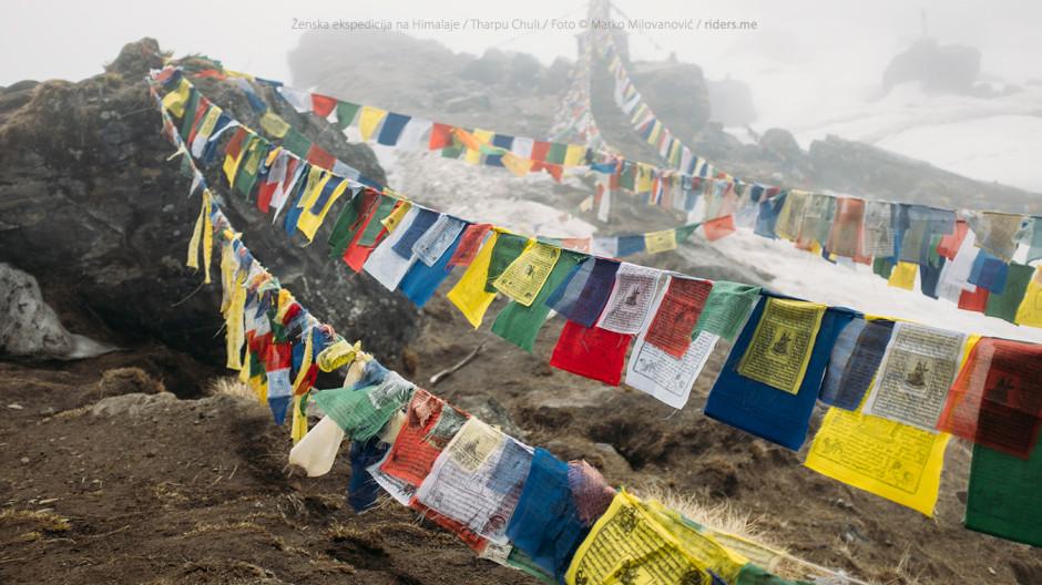 014---Nepalske-molitvene-zastavice,-okačene-pored-spomen-ploče-poginulima-na-Anapurni