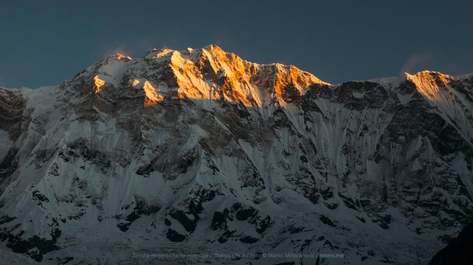 015---Annapurna---južna-strana---Sviće,-doručak-i-krećemo-na-uspon-ka-šatorima-(Tharpu-Chuli-Base-camp)-odakle-ekipa-ide-na-vrh