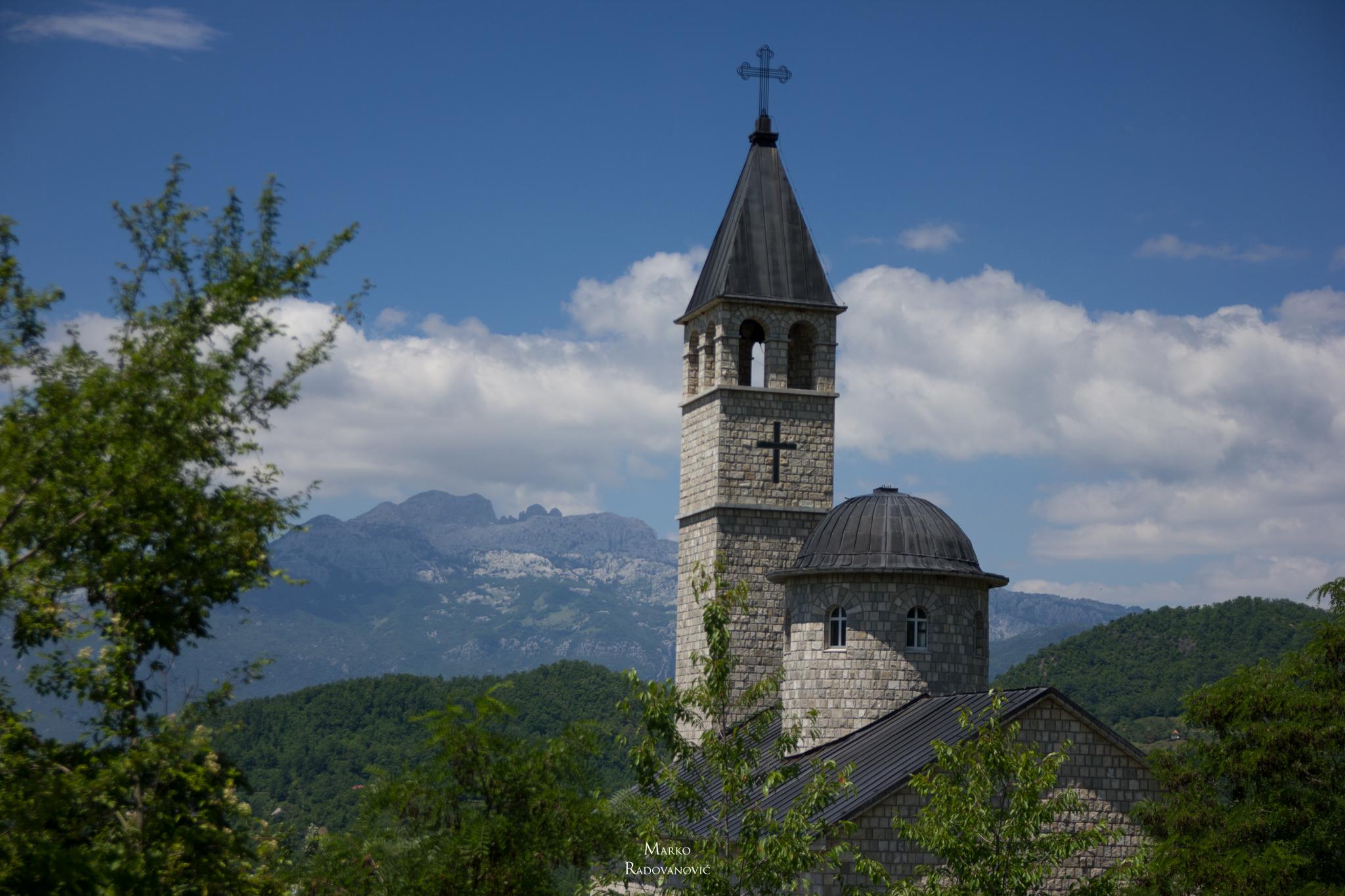 42-Manastir Prekobrdje i Moracke planine u pozadini