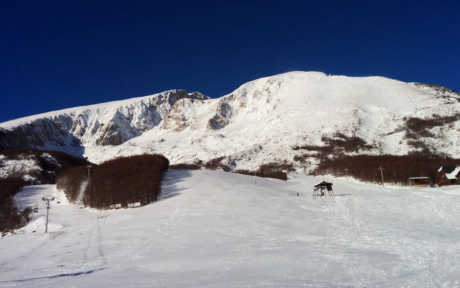 Pogled na skijalište Savin kuk. Lijevo je šljeme a desno Kulina