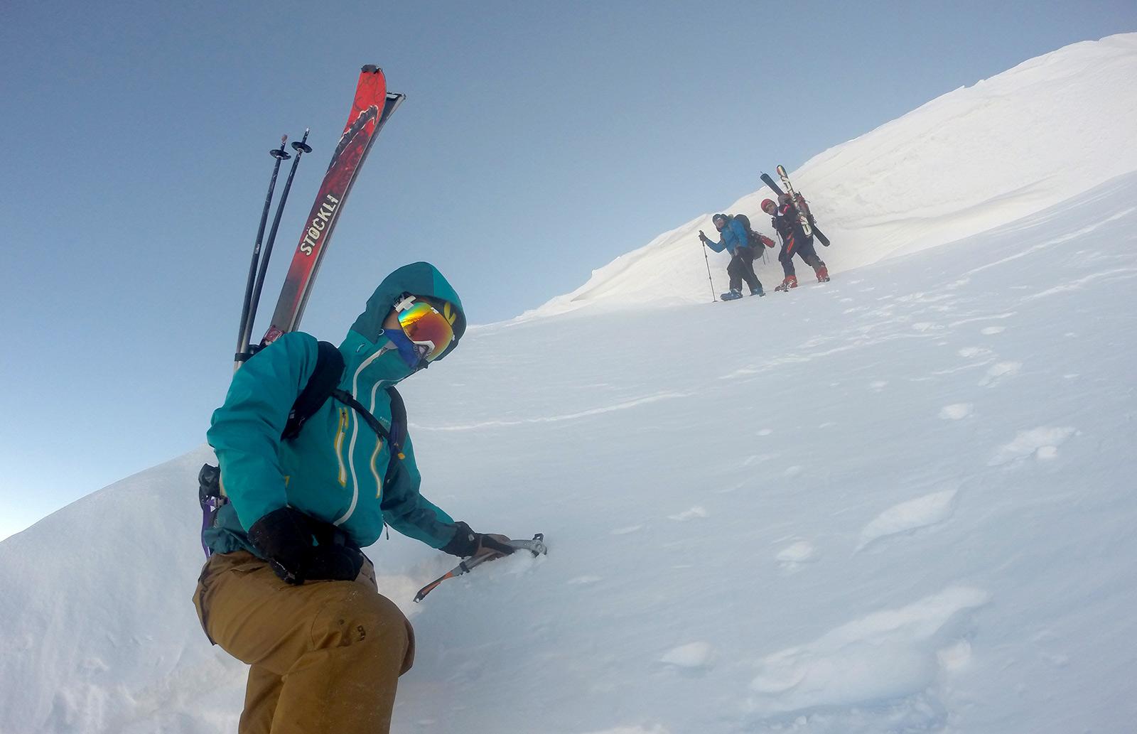Najstrmiji deo uspona i snežna streha na grebenu. Foto: Semir Kardović