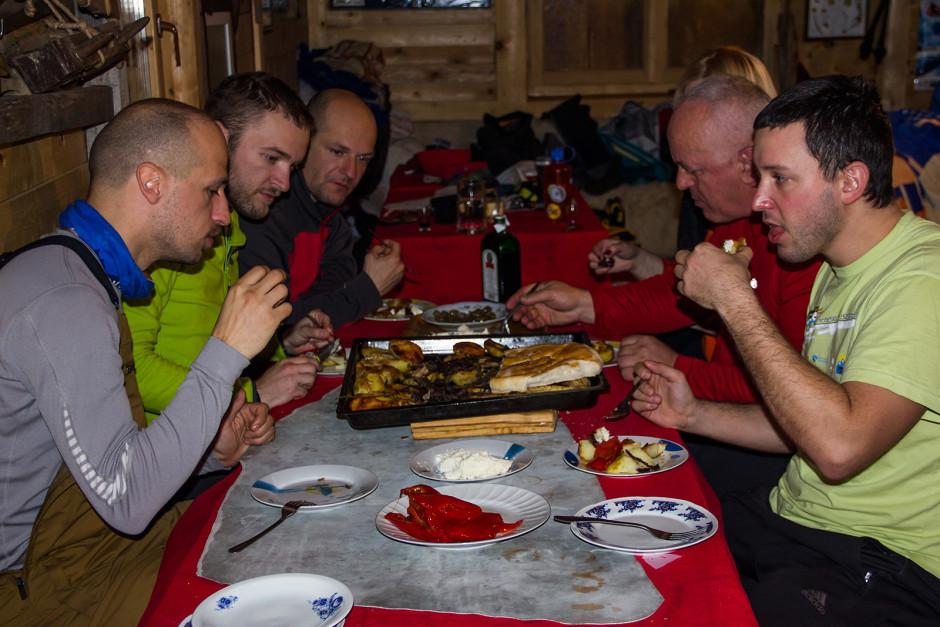 Uživanje u večeri koju su nam Feko i njegova žena spremili.