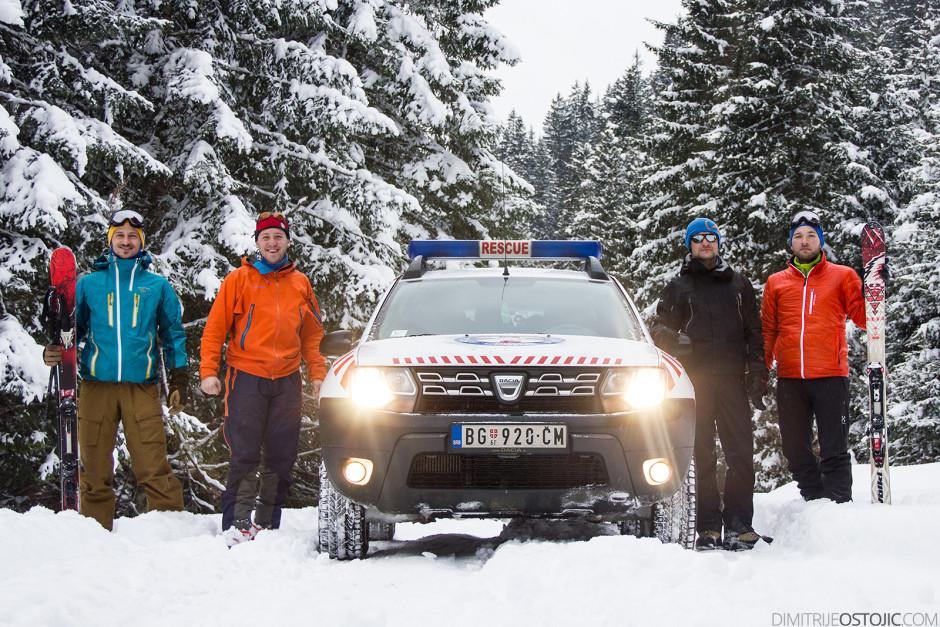 Ekipa GSS pored Dacia Duster-a. Sa leva na desno: Bojan Marić, Nikola Rabrenović, Stojan Marić i Dimitrije Ostojić. Iza foto aparata Semir Kardović